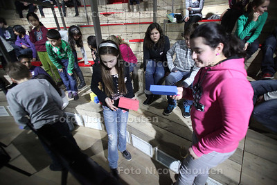 Groep 8 van Nutsschool Morgenstond speelt het spel Humanity Game - DEN HAAG 7 FEBRUARI 2011 - FOTO NICO SCHOUTEN