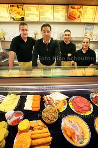 Khaled Abdelbaki is de eigenaar van Snackbar De Dijk. Hij is geinterviewd ivm Egyptische chaos, hij komt er vandaan en vertelt over zijn beleving. Khaled wordt gesteund door zijn personeel - HONSELERSDIJK 4 FEBRUARI 2011 - FOTO NICO SCHOUTEN
