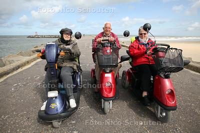 Scootmobielclub uit Haagse Hout. Op dit moment zijn ze met z'n drieen een tocht aan het maken. vlnr Berna Kievit, voorzitter Rinus van Min en Barbara van der Zijde - DEN HAAG 22 JULI 2011 - FOTO NICO SCHOUTEN