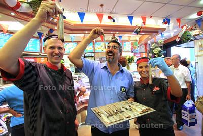 Nummer drie in de AD haringtest, De Koning op het Bogaardplein - links Kees Koning - RIJSWIJK 9 JUNI 2011 - FOTO NICO SCHOUTEN