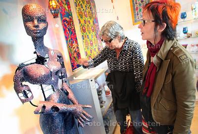 Onthulling van een bijzonder Witiny-kunstwerk met het thema 'De Mens - Leven & Dood'. Artistieke creatie van kunstenaar Zarabi Far - DELFT 19 JULI 2011 - FOTO NICO SCHOUTEN