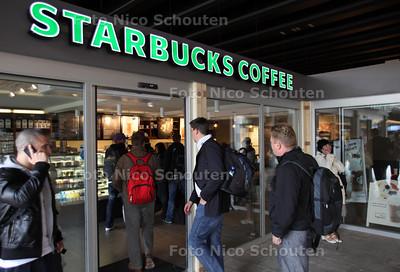 Geen lange rijen (van voornamelijk vrouwelijke) reizigers bij de nieuwe Starbucks op het Centraal Station - DEN HAAG 13 JULI 2011 - FOTO NICO SCHOUTEN