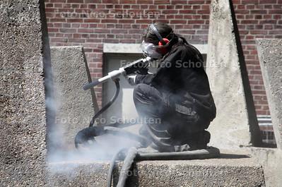 Ijsreinigen bij kunstgebouw Zuid57 in Den Haag Zuid-West. Het mozaiek was gisteren al schoongemaakt. Vandaag waren ze  bezig met een betonnen sculptuur van Rudy Rooyakkers uit 1967. Oorspronkelijk stond dit beeld aan de Leyweg tegenover de MTS - DEN HAAG 11 JULI 2011 - FOTO NICO SCHOUTEN