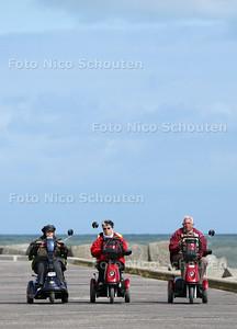 Scootmobielclub uit Haagse Hout. Op dit moment zijn ze met z'n drieen een tocht aan het maken. vlnr Berna Kievit, Barbara van der Zijde en voorzitter Rinus van Min - DEN HAAG 22 JULI 2011 - FOTO NICO SCHOUTEN