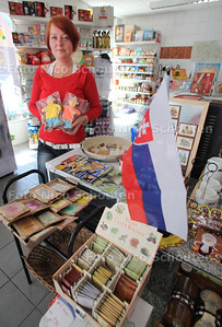 """Marika's Slovex. De eerste en enige Tsjecho-Slowaakse supermarkt in Nederland - Marike (?) met de Tjecho-Slowaakse """"Buurman en Buurman"""" in speculaas uitvoering - DEN HAAG 12 JULI 2011 - FOTO NICO SCHOUTEN"""
