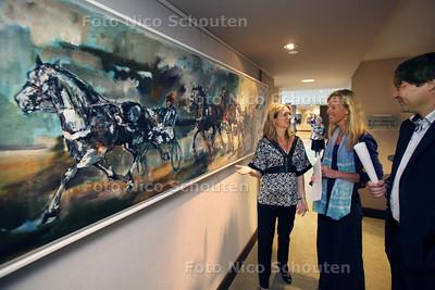 """Opening expositie Arend Wolf in Hilton Hotel. Het 18 meter lange doek werd hier NIET overhandigd en de """"erven"""" waren evenmin aanwezig. Deze happening gaat waarschijnlijk in Amsterdam (Carre?) plaatsvinden - DEN HAAG 9 JULI 2011 - FOTO NICO SCHOUTEN"""
