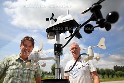 Twee Zoetermeerse weermannen Thierry van Wijland (r) en Dick van de Wijngaard op de foto tussen allerlei meetapparatuur - ZOETERMEER 20 JULI 2011 - FOTO NICO SCHOUTEN