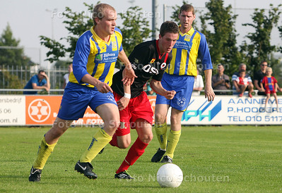 Excelsior-voetballer Marley Berkvens (midden), tijdens de oefenwedstrijd tegen cvv Berkel - BERKEL EN RODENRIJS 5 JUNI 2011 - FOTO NICO SCHOUTEN