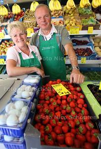 De heer en mevrouw Clavel stoppen na 61 jaar met hun groenten/buurtwinkel - DEN HAAG 7 JUNI 2011 - NICO SCHOUTEN