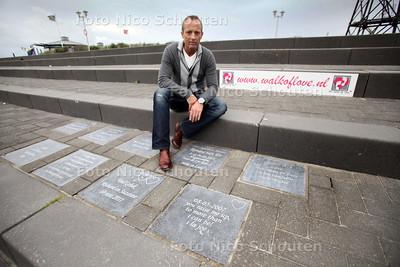 Michel Verbaan, initiatiefnemer van de Walk of Love in Kijkduin. Mensen kunnen hier een tegel kopen met een liefdesboodschap erop. Bij de trappen op het Deltaplein - DEN HAAG 13 JULI 2011 - FOTO NICO SCHOUTEN