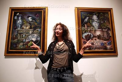"""Sonja van der Heijden in Museum Het Prinsenhof - """"De Ring"""" (l) en """"The Emptyness"""" - DELFT 9 JUNI 2011 - FOTO NICO SCHOUTEN"""