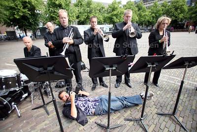 Musici Residentie Orkest spelen bij de Tweede Kamer uit protest tegen cultuur-bezuinigingen - Anp fotograaf Robin Utrecht probeert een bijzonder perspectief - DEN HAAG 10 JUNI 2011 - FOTO NICO SCHOUTEN
