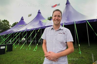 Ruud van der Lans voor de tent van Vlietpop - LEIDSCHENDAM 15 JUNI 2011 - FOTO NICO SCHOUTEN
