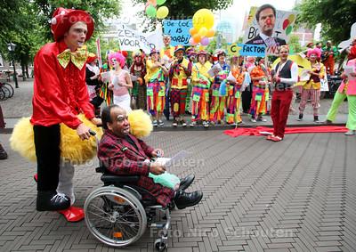 Demonstratie van het FNC bij het Binnenhof voor meer clowns op TV - DEN HAAG 7 JUNI 2011 - FOTO NICO SCHOUTEN