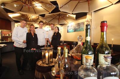 Restaurant Les Ombrelles voor pollepel - vlnr Chefkok/eigenaar Ton van't Hof, zijn vrouw en medeeigenaar Nicolette, kok Bas, kok Thijs en serveerster Romany - DEN HAAG 13 JUNI 2011 - FOTO NICO SCHOUTEN