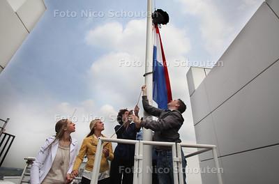 Wethouder Ingrid van Engelshoven (Onderwijs, Dienstverlening) nodigt leerlingen van Lyceum Ypenburg en het Mariscollege uit, om op het dak van het stadhuis, hun schooltas aan de vlag te hijsen. Daarmee worden symbolisch álle Haagse scholieren gefeliciteerd die volgende week horen dat ze geslaagd zijn. - vlnr Babette Janmaat en Jill Kaldenberg van het Lyceum Ypenburg, de wethouder en Mitchel Mulder van Maris Houtrust - DEN HAAG 15 JUNI 2011 - FOTO NICO SCHOUTEN