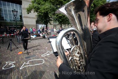 Musici Residentie Orkest spelen bij de Tweede Kamer uit protest tegen cultuur-bezuinigingen - DEN HAAG 10 JUNI 2011 - FOTO NICO SCHOUTEN