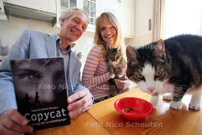 Vader en dochter Simon en Laura Burgers, die samen het jeugdboek Copycat hebben geschreven, dat zaterdag 11 juni wordt gepresenteerd. Katten: Streepje (l) en Kaduck - DEN HAAG 9 JULI 2011 - FOTO NICO SCHOUTEN