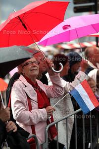 Vlaggetjesdag valt in het water - DEN HAAG 11 JUNI 2011 - FOTO NICO SCHOUTEN