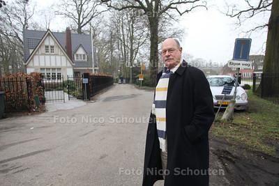 mr. Dick Schravendijk van Kasteel Oud Wassenaar bij het hek dat hij weg wil hebben. Het gaat om een knallende ruzie die hij heeft met Boris Bayer die naast het huisje waarin hij zijn ex-vrouw Joke Bruys laat wonen, op de kasteelweg een hek liet plaatsen. Van Schravendijk is daar woedend over omdat volgens hem Bayer hier ruimschoots recht van overpad moet verlenen. - WASSENAAR 1 MAART 2011 - FOTO NICO SCHOUTEN