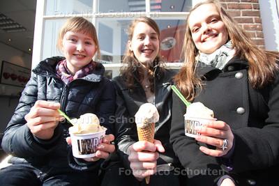 Anne, Renate en Sabine uit Naaldwijk genieten van een ijsje bij ijssalon LKKR - 22 MAART 2011 - FOTO NICO SCHOUTEN