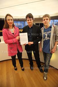 Jongerenambassadeurs Ian Koster en Jeroen Deumers (R) overhandigen adviezen over jeugdbeleid aan wethouder Van Leeuwen - ZOETERMEER 8 MAART 2011 - FOTO NICO SCHOUTEN