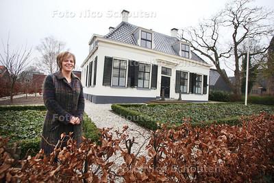 Ilona Jamin voor het herenhuis dat ze liet opknappen en ombouwen tot tandartspraktijk - ZOETERMEER 16 MAART 2011 - FOTO NICO SCHOUTEN