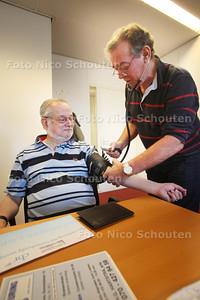 Rijbewijskeuring; 70-plusser die door de dokter Hartstra wordt gekeurd voor het rijbewijs - ZOETERMEER 11 MAART 2011 - FOTO NICO SCHOUTEN