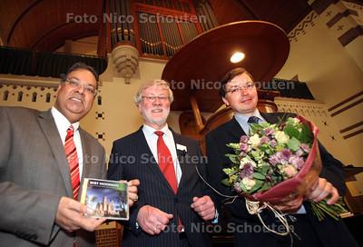 Aanbieding cd orgel Nieuwe Badkapel te Scheveningen, organist Bert Mooiman(r0, weth Baldwsing(l) - DEN HAAG 5 MAART 2011 - FOTO NICO SCHOUTEN