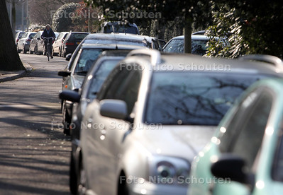 De van Ouwenlaan. De wijk Duinzigt lijkt een parkeerterrein. De straten worden massaal gebruikt door medewerker van de ANWB, Bronovo en instituut Clingendeal. - DEN HAAG 8 MAART 2011 - FOTO NICO SCHOUTEN