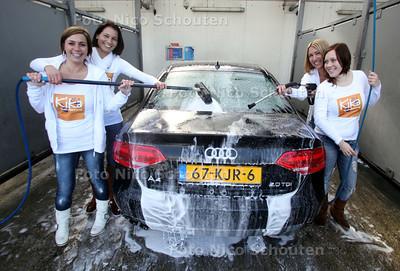 Mooie dames wassen auto's voor KIKA - DEN HAAG 19 MAART 2011 - FOTO NICO SCHOUTEN