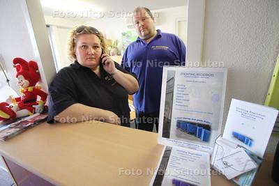 Gestolen busje Stichting Regiodoel. Arnolda Galjé en Eric Mallee krijgen net van Politie Haaglanden te horen dat hun vrachtauto terug is gevonden. De wielen en de 2 accu's zijn in ieder geval weg. Hoe de wagen er verder bij staat is nogonduidelijk - ZOETERMEER 15 MAART 2011 - FOTO NICO SCHOUTEN