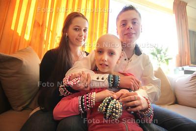 Demi Brand (10) maakt met haar zus en halfbroer armbandjes waarvan de opbrengst naar het Sophia kinderziekenhuis gaat - ZOETERMEER 11 MAART 2011 - FOTO NICO SCHOUTEN