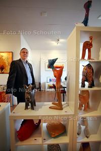 Theo van Eerden in de nieuwe Zoetermeerse vestiging van Galerie en artotheek de Vlaming - ZOETERMEER 2 MAART 2011 - FOTO NICO SCHOUTEN