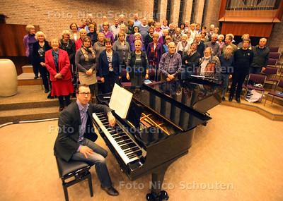 Dirigent Andrée Vis repeteert Bach met de Christelijke Oratorium Vereninging Scheveningen - 17 MAART 2011 - FOTO NICO SCHOUTEN