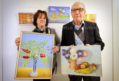 De 90-jarige Wim Brak schildert nog steeds. Wim Brak en dochter Annemarie bij zijn schilderijen. 2011 - FOTO NICO SCHOUTEN
