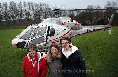 Helikoptervlucht voor ernstig zieke kinderen - vlnr Diederik, moeder Wilma Cordesius en Wouter uit Den Haag - WASSENAAR 26 MAART 2011 - FOTO NICO SCHOUTEN