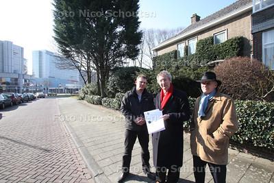 (vlnr) Joris Wijsmuller van de Haagse Stadspartij, Robbert Koops en Ronald Blom van de Stichting Wijkoverleg Sorgvliet op de plek waar Europol nieuwe hoogbouw wil bouwen. DEN HAAG 8 MAART 2011 - FOTO NICO SCHOUTEN