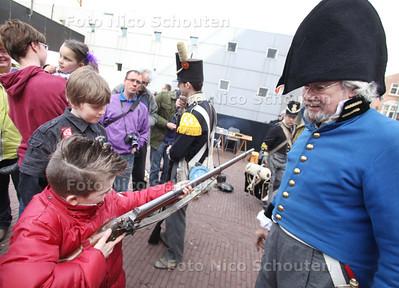 Napoleontische soldaten slaan hun kamp op bij het Legermuseum. Stap terug in de tijd en leer alles over hun uniformen, hun uitrusting en hoe ze leefden en overleefden onder moeilijke omstandigheden. Er wordt gekookt op een kampvuur en muziek gemaakt. Tijdens de kinderexercitie mag je zelf mee marcheren, leer je Napoleontische bevelen op te volgen en hoe je een 'geweer' moet vasthouden. Er is een knallende demonstratie, waarbij soldaten laten zien hoe de strijd werd geleverd - DELFT 12 MAART 2011 - FOTO NICO SCHOUTEN