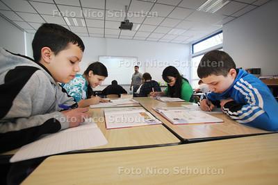 Achtstegroepers van basisschool Het Zwanenbos hebben deze week de cito-resultaten gekregen, maar kunnen nog niet achterover leunen. Tot eind mei werken ze gewoon door met meester Anjay Bansraj - ZOETERMEER 11 MAART 2011 - FOTO NICO SCHOUTEN