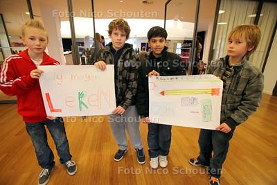 Dag van de Leerplicht. In de raadzaal van het stadhuis doen leerlingen van groepen 8 van vijf scholen mee aan de Dag van de Leerplicht. Kinderen van de Vijverburgh laten hun posters zien - ZOETERMEER 17 MAART 2011 - FOTO NICO SCHOUTEN