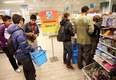 Scholieren-kassa bij de AH op De Savornin Lohmanplein - DEN HAAG 10 MAART 2011 - FOTO NICO SCHOUTEN