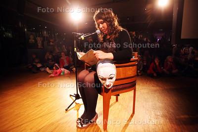 """Opening tentoonstelling en presentatie kinderkunstboek """"de grote maskerade"""" van Marije Tolman in de kelder van het Gemeente Museum - Tolman leest voor uit haar boek - DEN HAAG 19 MAART 2011 - FOTO NICO SCHOUTEN"""