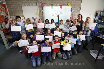 Bij groep 8 van JufJanet van Noordt van basisschool 't Plankier wordt de cito-uitslag feestelijk uitgereikt - ZOETERMEER 7 MAART 2011 - FOTO NICO SCHOUTEN