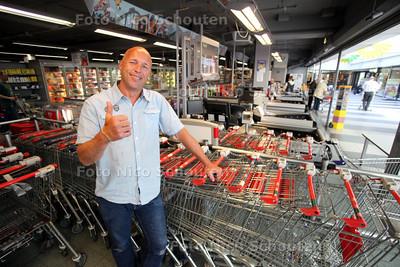 Andre Verbeek van C1000 was de eerste supermarkt in zoetermeer die anderhalf jaar geleden iedere zondag open ging. toen hield hij daar onder druk van de gemeente mee op, nu mag het. hij is dus blij - ZOETERMEER 10 MEI 2011 - FOTO NICO SCHOUTEN