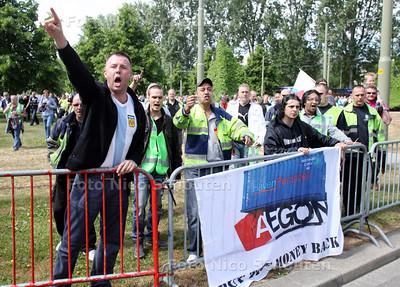 Demonstratie havenarbeiders tegen EAGON pensioen beheer - Even leek het erop of deze demonstranten door de hekken zouden breken om verhaal te halen bij het EAGON kantoor - DEN HAAG 12 MEI 2011 - FOTO NICO SCHOUTEN
