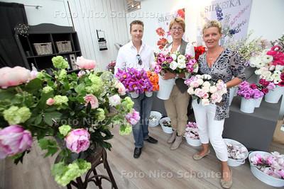 Knusse Kunst is een bijzondere winkel in decoratieen lifestyle, onder andere gespecialiseerd in de verhuur van zijden bloemboeketten aan bedrijven - vlnr Martijn Moerings, schoonmoeder Agnes van de Maat en Diane van de Dijk - HAZERSWOUDE 10 MEI 2011 - FOTO NICO SCHOUTEN