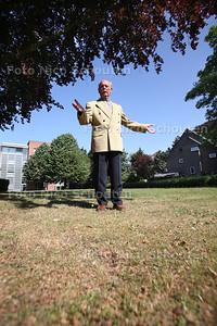De heer Paul van Proosdij is bouwkundige en een zeer betrokken L'dammer. Hij maakt zich grote zorgen over de beoogde bouw van het nieuwe stadskantoor in zijn woonplaats. Hij denkt dat de gemeente de werkelijke kosten niet goed becijfert en veel te veel uitgaat van aannames, kengetallen en ramingen, waardoor de kosten straks misschien wel eens het dubbele of nog veel erger kunnen worden - LEISCHENDAM 12 MEI 2011 - FOTO NICO SCHOUTEN