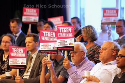 Protesterende winkeliers in de raadzaal tijdens bespreking uitbreiding koopzondagen - ZOETERMEER 9 MEI 2011 - FOTO NICO SCHOUTEN