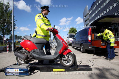 Scootercontrole. Op de 2e stationsstraat staat de politie met een rollerbank om het vermogen van scooters te controleren - ZOETERMEER 14 MEI 2011 - FOTO NICO SCHOUTEN